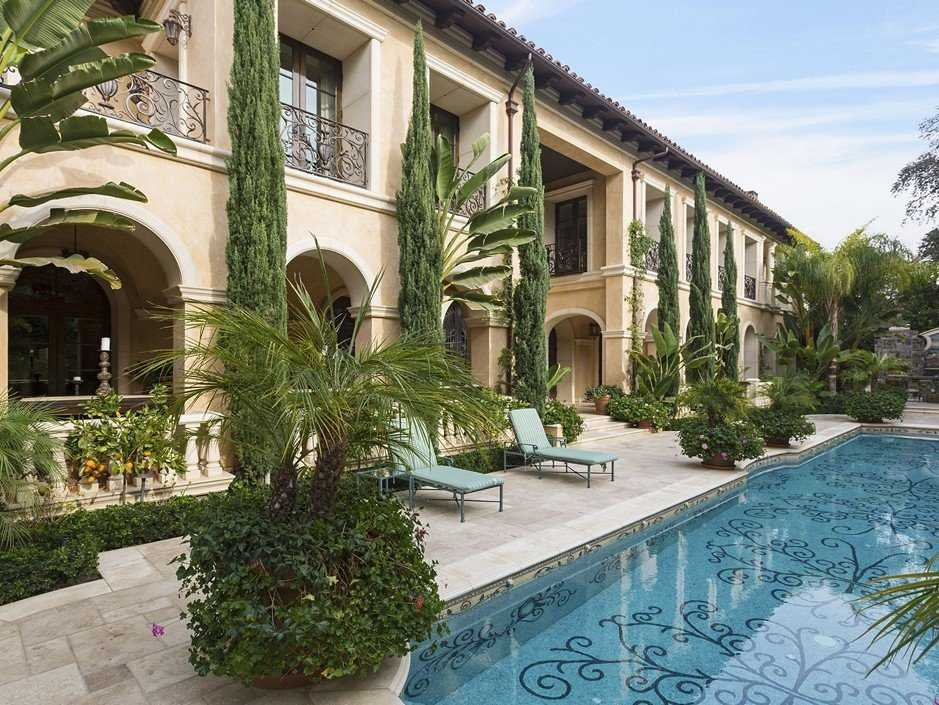this-mediterranean-mansion-sits-in-the-golden-triangle-of-beverly-hills